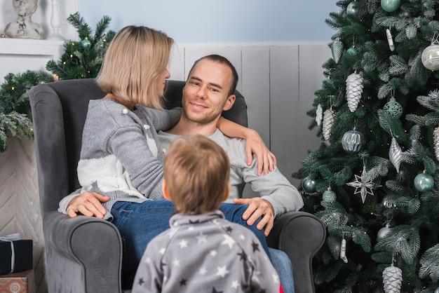 Celebrazioni natalizie con famiglia felice