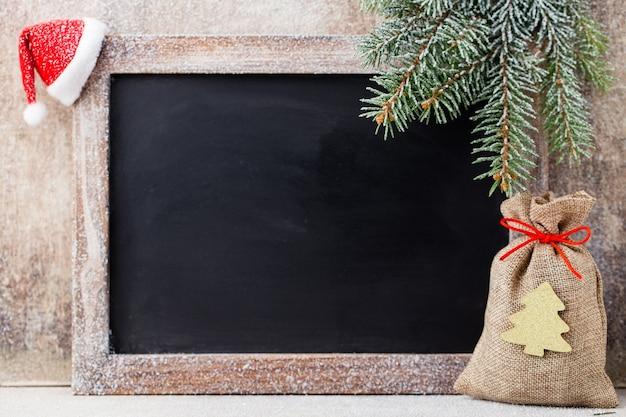 크리스마스 칠판 및 장식 나무 위에.