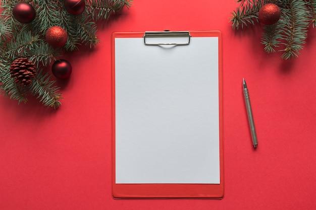 Рождественский контрольный список или буфер обмена на красный. вид сверху