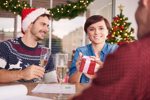 職場でのクリスマスの歓声
