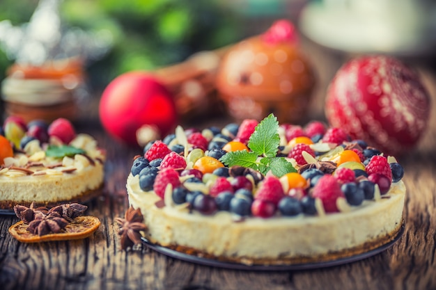 新鮮なフルーツベリー、イチゴ、ラズベリー、スターアニスのクリスマスチーズケーキ