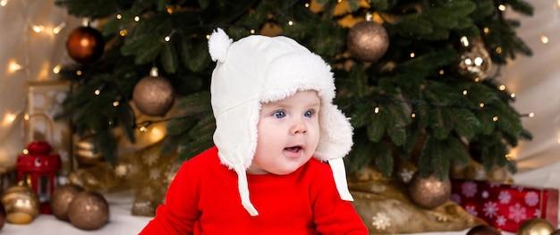 Рождественский ребенок задумчивый, мечтательно удивлен эмоциям