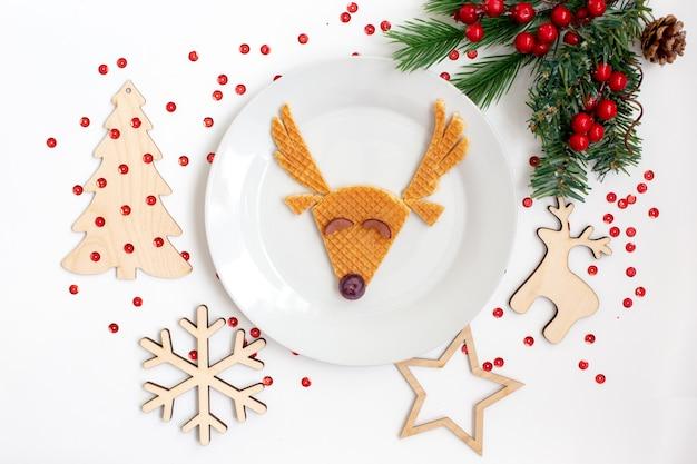 Новогоднее детское блюдо с изображением оленя. плоская планировка