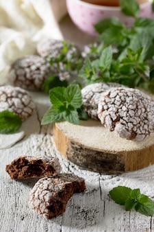 Рождественское шоколадное печенье на деревянном фоне