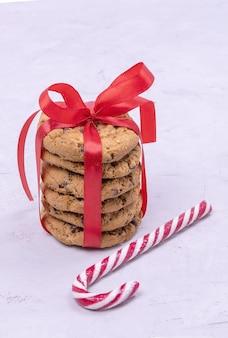 赤いリボンとロリポップで結ばれたクリスマスチョコレートクッキー