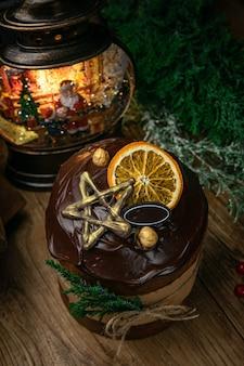 クリスマス、木製のテーブルの上のチョコレートカップケーキ