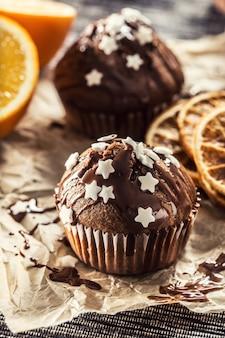 トッピングと白い星がちりばめられたクリスマスチョコレートの美味しいマフィン。
