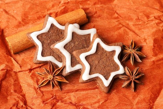 シナモンとアニスの星の形をしたクリスマスチョコレートジンジャーブレッド