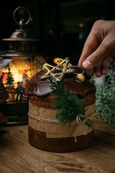 クリスマス、木製のテーブルにチョコレートパネトーネ