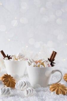 Рождественский шоколадный пряный напиток с печеньем в белой чашке