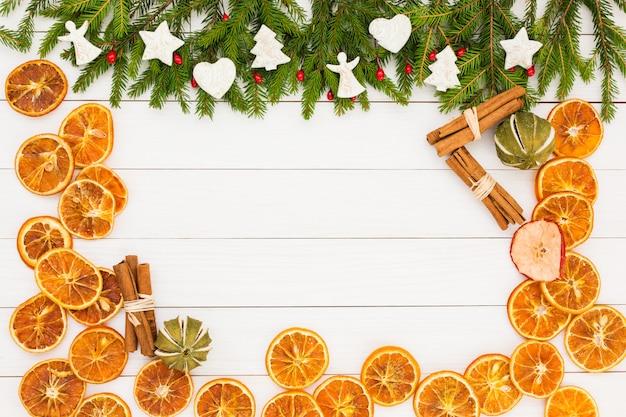 Рождество рождественская ель, украшения на белом фоне деревянные с copyspace.