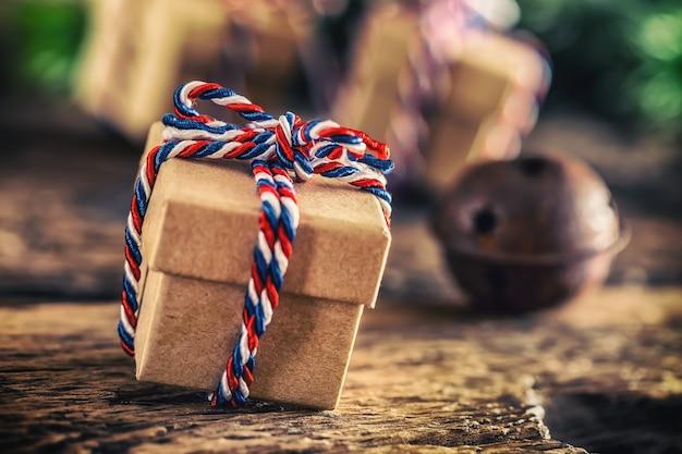 クリスマス。木製のテーブルの上のクリスマスプレゼント。