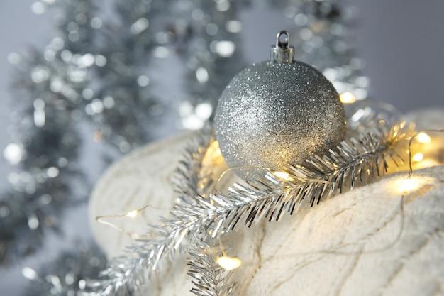 クリスマスクリスマスのおもちゃのボールとニットのセーターの花輪