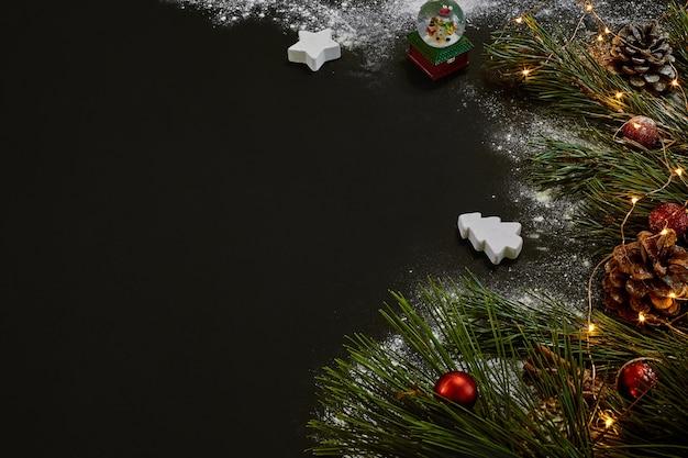 Рождество, елка, цветной декор, звезды, шары на черном фоне. вид сверху. скопируйте пространство. натюрморт flat lay новый год