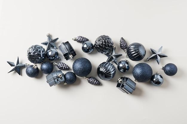Рождественские классические синие шары на пастельно-серый. вид сверху. рождественский баннер. праздничная поздравительная открытка.