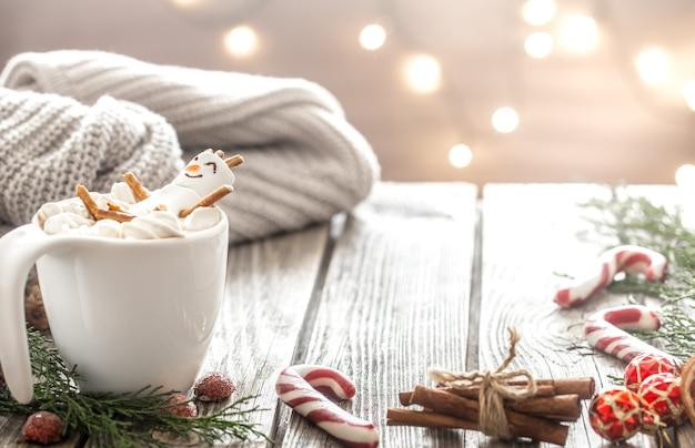 Рождественская концепция какао с зефиром на деревянном фоне в уютной праздничной атмосфере