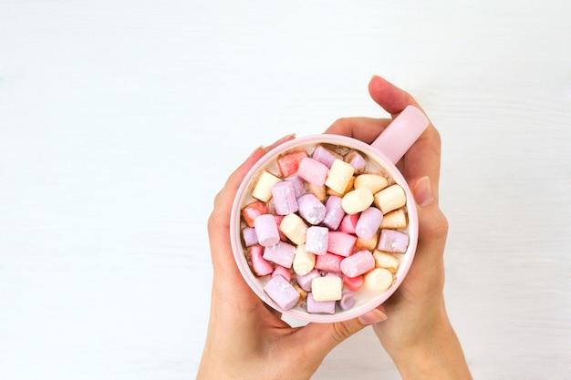 ピンクのカップにマシュマロとクリスマスココア