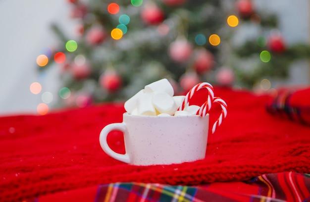 마시멜로와 사탕을 넣은 크리스마스 코코아. 선택적 초점입니다. 휴일.