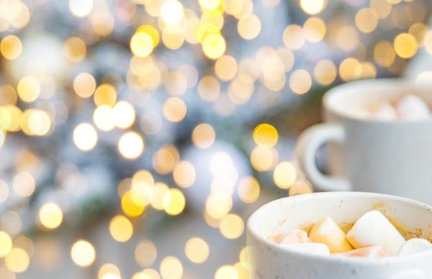 마시멜로와 함께 크리스마스 코코아입니다. 휴일. 선택적 초점입니다. 자연.