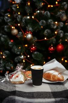 Рождественский кофе и круассаны с подарками и игрушками