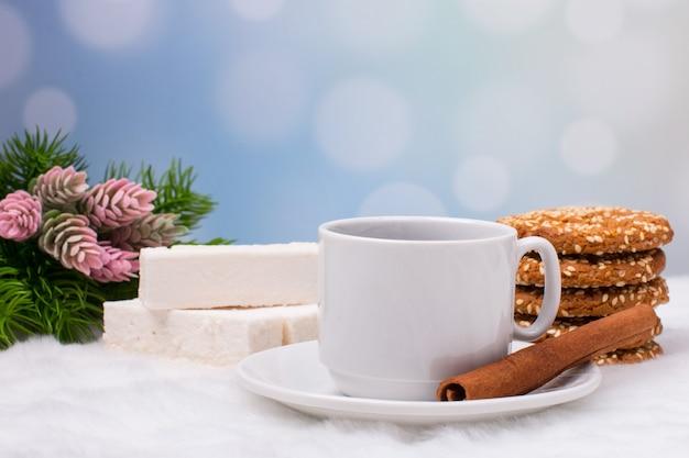 과자와 크리스마스 커피와 생강 쿠키