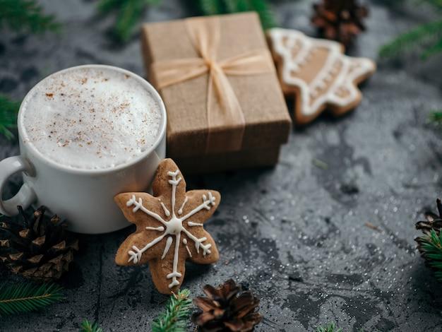 Рождественский кофейный капучино с домашним имбирем и подарком