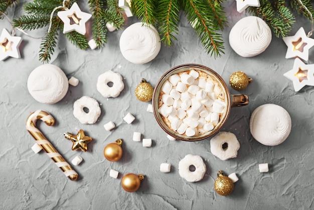 Рождественская кофейная чашка с зефиром