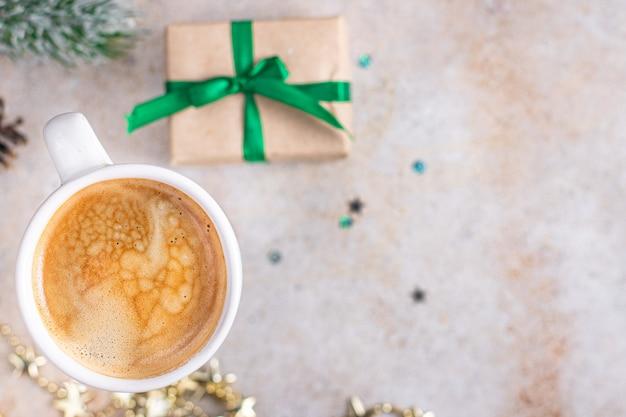 クリスマスコーヒー甘い温かい飲み物の背景新年の休日のデザートの食事テーブルギフト食品