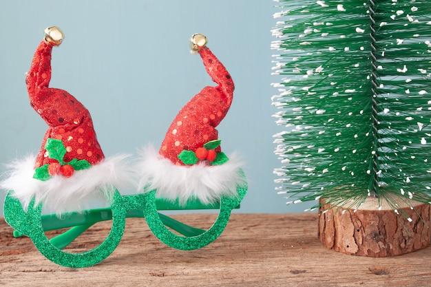 나무 테이블에 크리스마스 컬렉션입니다. 여자 또는 어린이 패션 액세서리