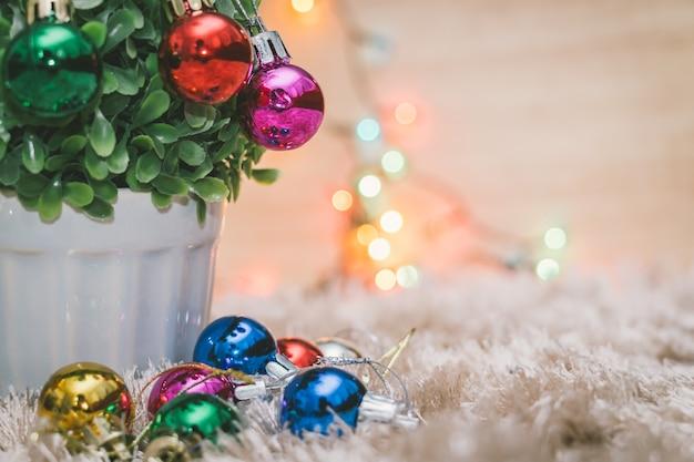 Рождественский красочный шар декоративный на дереве с ковер, красочные боке
