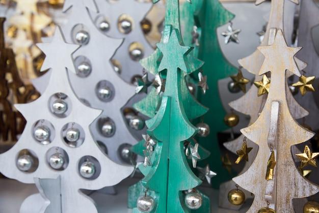 ストリートマーケットのエコロジーコンセプトのクリスマスカラフルな木