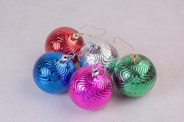 Рождественские красочные шары на белой поверхности