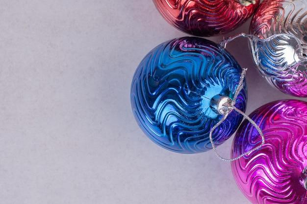 白いテーブルの上のクリスマスのカラフルなボール。