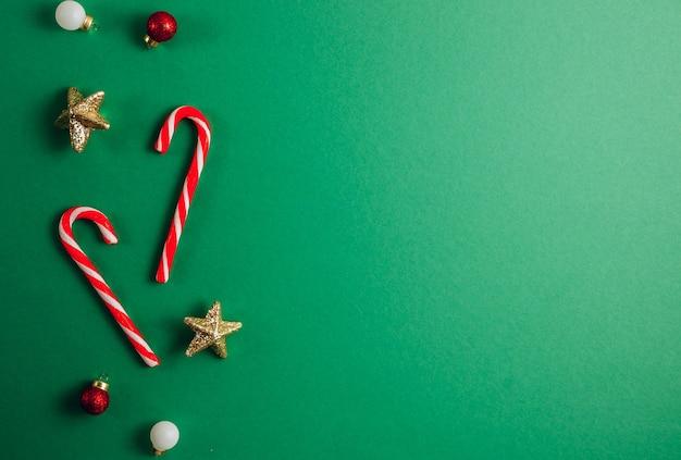 クリスマス作曲。緑の背景に赤と金色の装飾で作られたボーダー。