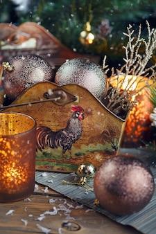 Новогодняя композиция. рождественские и новогодние украшения с еловыми ветками, свечами и праздничным светом на деревянном фоне