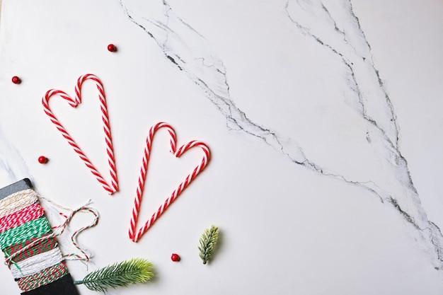 크리스마스 구성 크리스마스 사탕 지팡이와 전나무 가지가 평평하게 누워