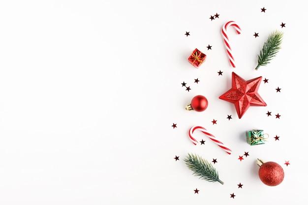 Новогодняя композиция. рождественские леденцы, подарки, шары и еловые ветки. плоская планировка, вид сверху