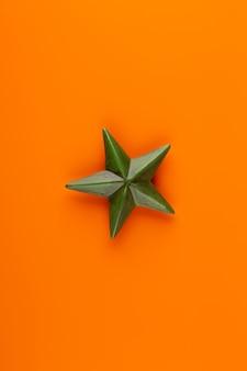 Новогодняя композиция. рождественские украшения на оранжевом фоне. плоская планировка, вид сверху, копия пространства.