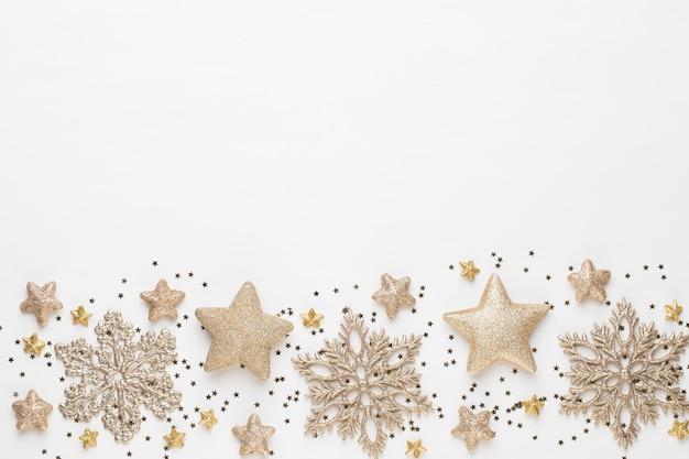 クリスマスの組成物。白い背景の上のクリスマスの装飾。フラット横たわっていた、トップビュー