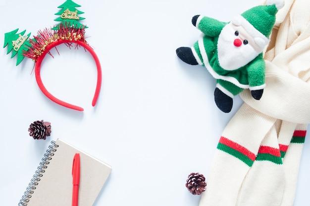 크리스마스 구성. 여자, 화장품, 가방, 소나무 콘, 노트북 및 복사 공간 빨간 펜을위한 크리스마스 패션. 평평한 평면도, 평면도