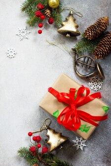 クリスマスの構成クリスマスツリーと装飾のクリスマスギフトボックスの枝コピースペース