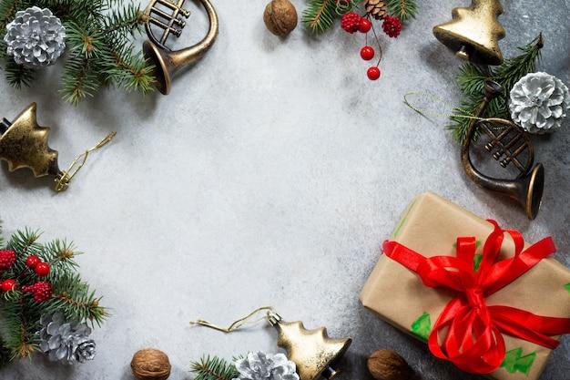 クリスマスの構成クリスマスツリーと装飾のクリスマスギフトボックスの枝フラットレイ
