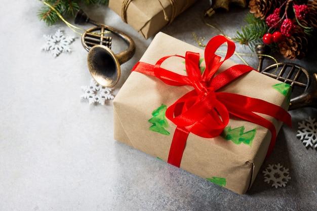 クリスマスの構成クリスマスツリーのクリスマスギフトボックスの枝と装飾オピスペース