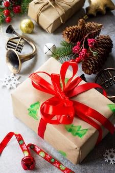 クリスマスの構成クリスマスツリーと装飾のクリスマスギフトボックスの枝