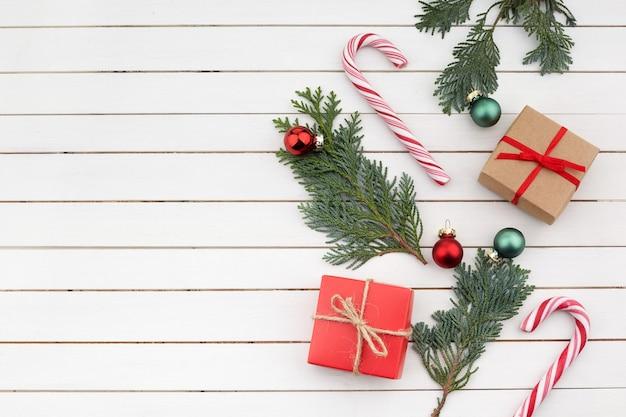 크리스마스 구성. 크리스마스 선물, 흰색 바탕에 분기입니다. 평면 위치, 평면도, 복사 공간
