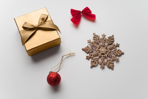 クリスマスの作曲。クリスマスプレゼント、フラットレイ、トップビュー。