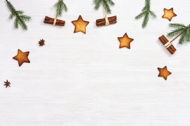 クリスマスの構成クリスマスのジンジャーブレッドクッキーは松の枝とシナモンスティックを主演します