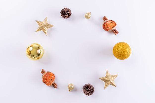 Рождественская композиция. рождественские золотые украшения на белом фоне. вид сверху, скопируйте пространство.