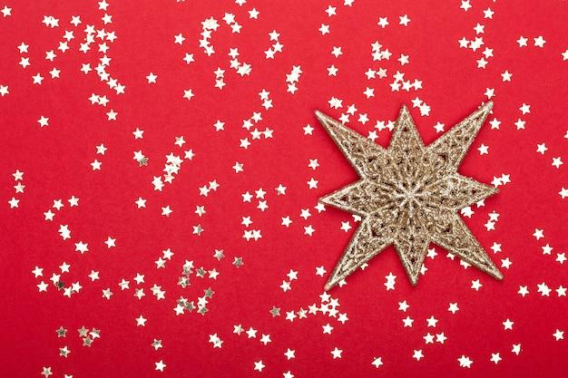 クリスマスの組成物。色の背景上の黄金のクリスマスきらびやかな装飾。