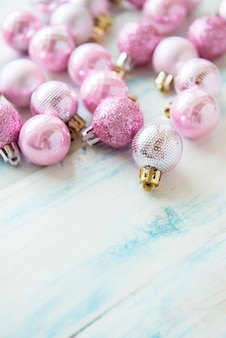 クリスマスの組成物。パステル調の背景にピンクのクリスマスの装飾。フラット横たわっていた、トップビュー、コピースペース